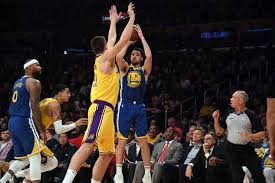 Golden State le mete zancadillas a los Lakers