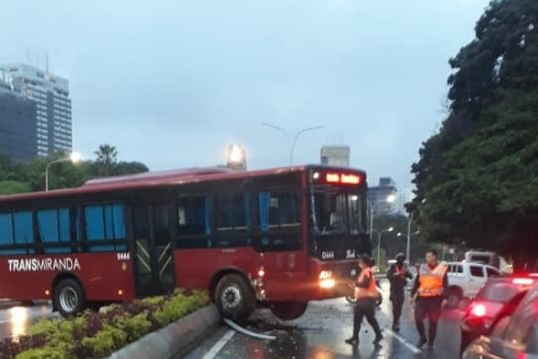 Accidente de autobús causa cierre de la autopista Francisco Fajardo